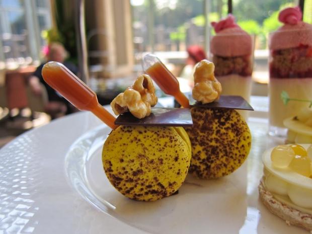 Caramelize me macaron  - Salted banana ganache, vanilla caramel, candied pop-corn
